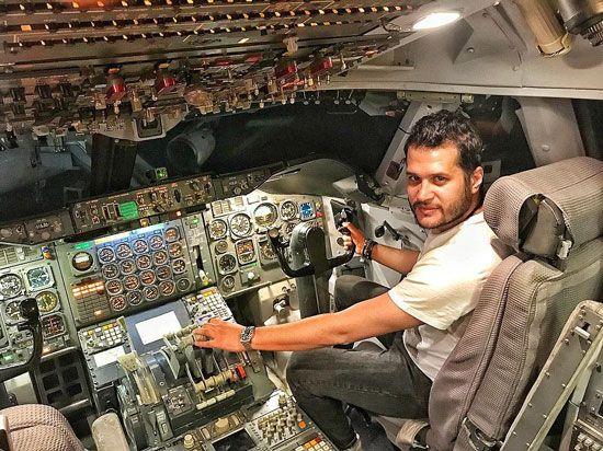 سیاوش خیرابی در کابین هواپیما